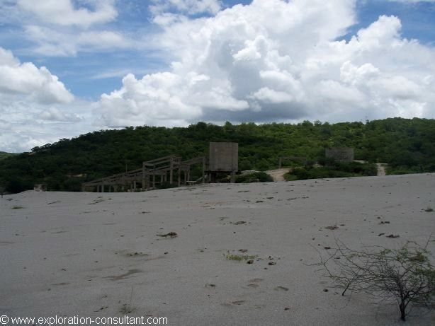 The Boca de Lage tailings seem to contain less molybdenite, the scheelite contents are comparable to those of the other tailings.