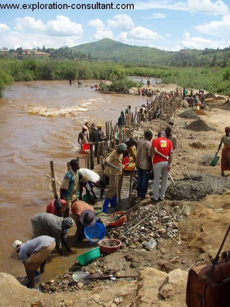 Construction of a new dam in a river just north of Nizi. With these dams the local population redirects the drainages in order to get access to the underlying gold bearing fluviatile sediments.
